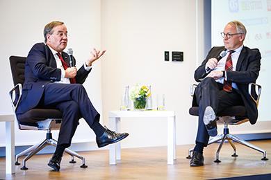 JHV 2020 - Ministerpräsident Armin Laschet im Gespräch mit WN-Chefredakteur Norbert Tiemann