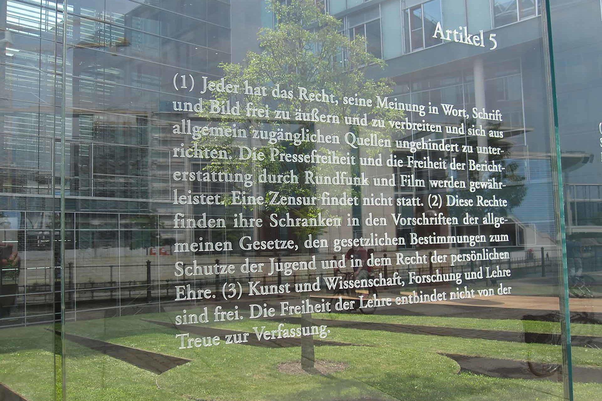 artikel fuenf an einer glasfassade